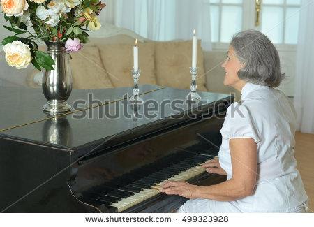 Esteri-täti esittää teoksen Blumenstück, jonka hän joutui opettelemaan ulkoa nuottitelineen toimittua kukkatelineenä.