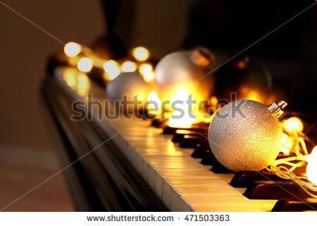 Jouluvalojen ripustaminen kattoon voi olla vaarallista. Sen sijaan ne voi asetella nätisti pianonkoskettimille. Näin vältyt soittamasta ambulanssia Esteri-tädille. Joel ja Kim saavat keksiä muuta tekemistä ainaisen pianonsoiton sijaan.