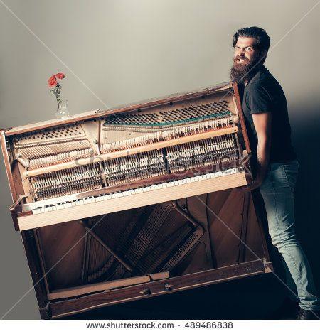 Pikkujoulut saivat ikävän päätöksen Brunon kokeiltua siirtää pianoa yksin. Selkäleikkauksen lisäksi Brunon maksettavaksi koitui maljakko, joka oli Ester-tädille kovin tärkeä.