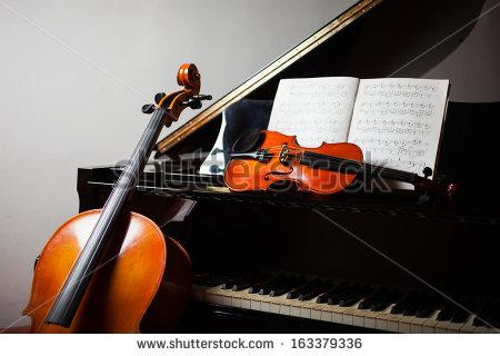 Nikolai saapui harjoituksiin ilman viulukoteloaan. Onneksi Stradivariukselle löytyi leposija Lucillen sellon vierestä.