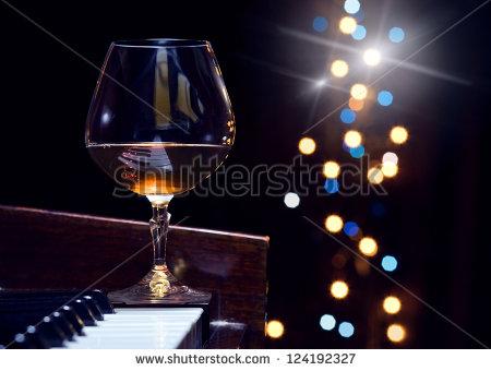 Jos juhlapödät on varattu, voit aina lepuuttaa viinilasiasi pianon reunalla, johon lasijalusta mahtuu tukevasti melkein kokonaan.